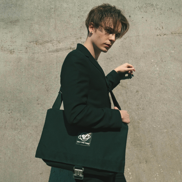 [우니베르소]PLANET BUCKLE MESSENGER BAG